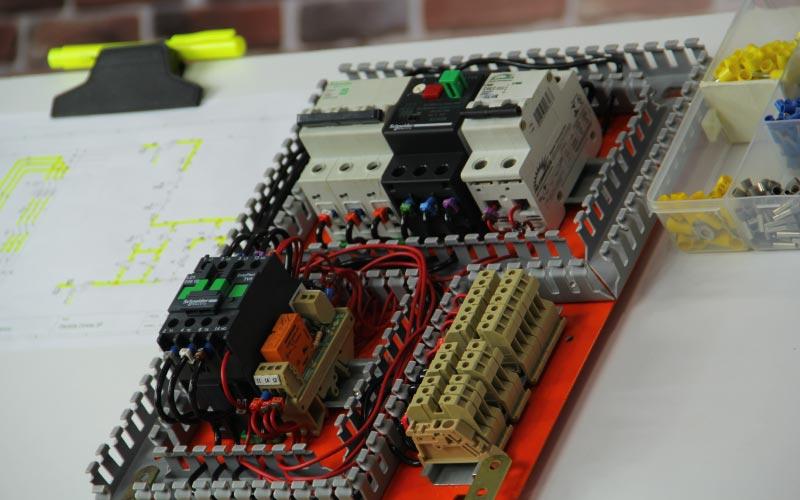 painel de comandos elétricos sala da elétrica