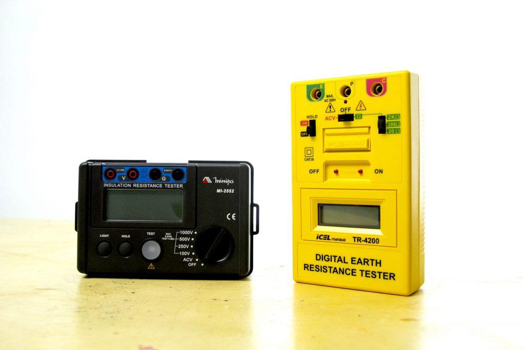 Megômetro e Terrômetro sobre uma mesa