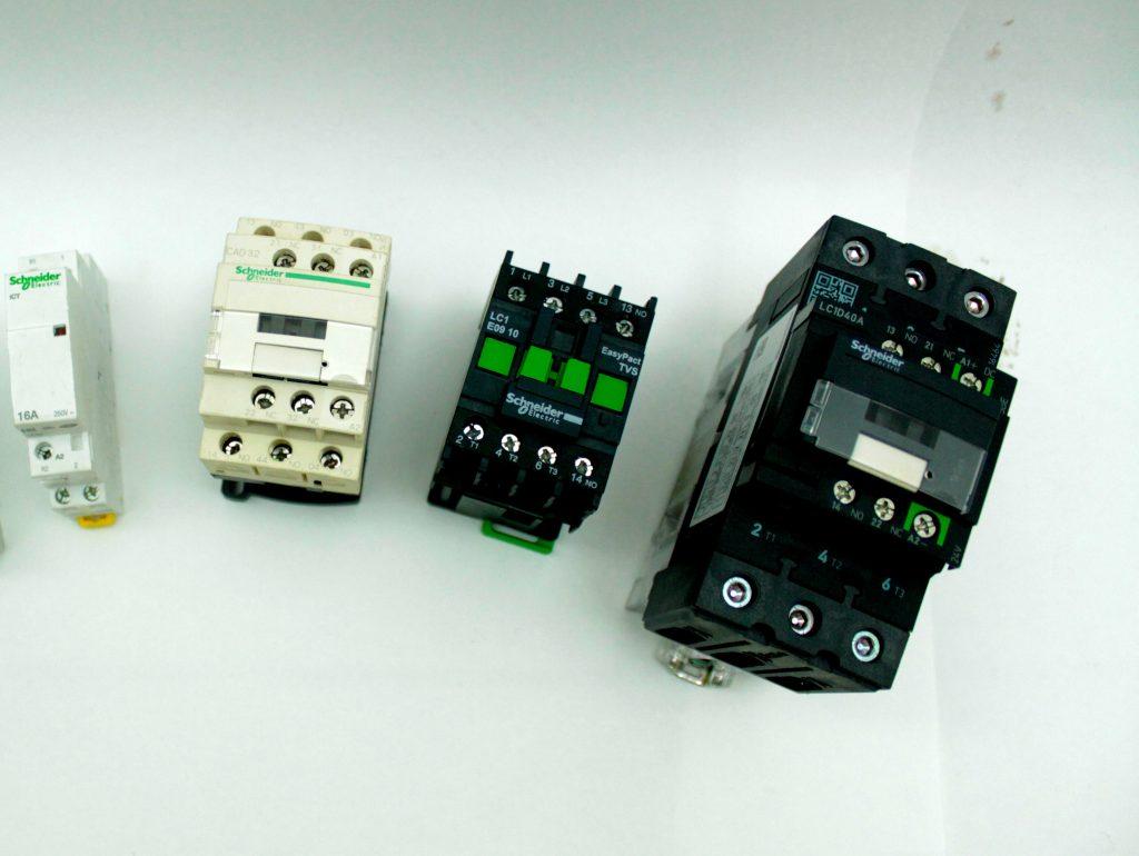contatores trifásicos ao lado de um contator monofásico