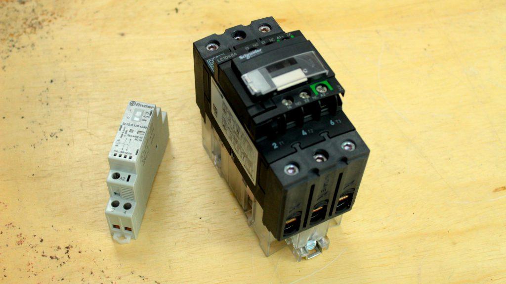 contator monofásico ao lado de um contator trifásico