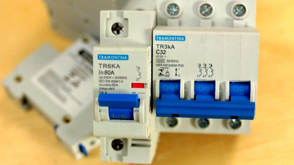 disjuntores com a corrente de curto circuito descrita na frente