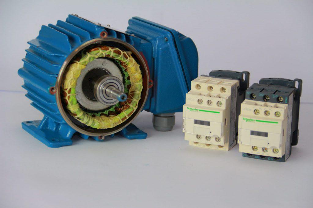 motor desmontado ao lado de 2 contatores