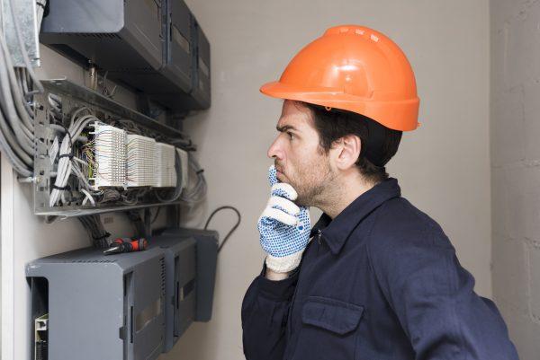 eletricista pensando
