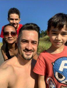 Everton Moraes com sua esposa e filhos