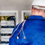 Eletricista Qualificado mechando no Painel